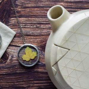 FAUN őszi leveles ezüstözött nyaklánc kerek formában, minimalista elegáns stílus, tiffany technikával, fenntartható  - Meska.hu