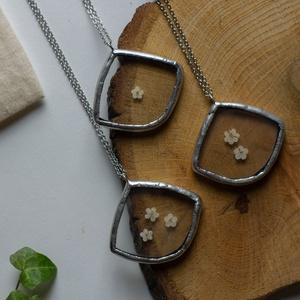 FAUN nefelejcs nyaklánc, geometrikus, fehér virágokkal, minimalista, letisztult design, fenntartható ékszer - Meska.hu