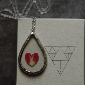 Valentín napi, különleges üveg nyaklánc igazi rózsa szirommal, szív alakra vágva, geometrikus, fenntartható, szerelem, Ékszer, Medálos nyaklánc, Nyaklánc, Ékszerkészítés, Üvegművészet, Meska