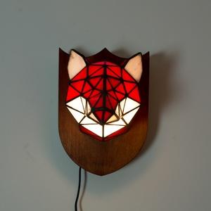 Tiffany Róka Üveg Trófea Falilámpa, különleges, egyedi színes róka lámpa, 100% handmade, természet inspirálta, Fali & Mennyezeti lámpa, Lámpa, Otthon & Lakás, Üvegművészet, Bence /Ecohunt 3D tervei alapján valósítottuk meg ezt a gyönyörű Tiffany lámpát!\nPiros Yang és tejfe..., Meska