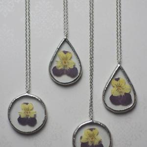 Árvácska üveg nyaklánc igazi virággal, faun, újrahasznosított, csepp, kör, fenntartható, préselt virág, minimal, boho, Ékszer, Medálos nyaklánc, Nyaklánc, Ékszerkészítés, Üvegművészet, Meska