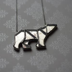 Jegesmedve üveg nyaklánc antik tükörrel, fenntartható, állat, medve forma, minimal, természetbarát, barátság, szerelem, Medálos nyaklánc, Nyaklánc, Ékszer, Ékszerkészítés, Üvegművészet, Save The Wildlife kollekcióból, jegesmedve üveg nyaklánc antik tükörrel. Tiffany technikával készült..., Meska