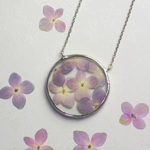 Faun HORTENZIA virág nyaklánc, kör, geometrikus, minimalista, préselt virág, fenntartható, etikus ékszer, természetbarát (aTinYTrIPglassart) - Meska.hu