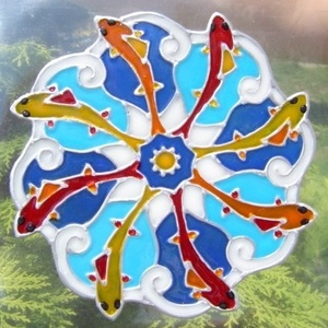 FENG SHUI ablakdísz, üvegmatrica, HALAK, Ablakdísz, Dekoráció, Otthon & Lakás, Festett tárgyak, Festészet, FENG SHUI ABLAKDÍSZ, ÜVEGMATRICA,\nHALAK\n\n  A hal a bőség, gazdagság szimbóluma. Ezt a mandala a gazd..., Meska