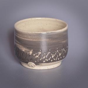 Kerámia  japános teáscsésze (fekete-fehér), Otthon & lakás, Lakberendezés, Konyhafelszerelés, Bögre, csésze, Kerámia, Fekete, és pöttyös kőagyagból készült, magastűzön (1210 fokon) tömörre égetett csésze. A két agyag ö..., Meska
