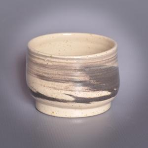 Kerámia  japános teáscsésze (fekete-fehér2), Otthon & lakás, Lakberendezés, Konyhafelszerelés, Bögre, csésze, Kerámia, Fekete, és pöttyös kőagyagból készült, magastűzön (1210 fokon) tömörre égetett csésze. A két agyag ö..., Meska