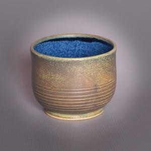Kerámia  japános teáscsésze (kék-óréz), Otthon & lakás, Lakberendezés, Konyhafelszerelés, Bögre, csésze, Kerámia, Pöttyös kőagyagból készült, magastűzön (1210 fokon) tömörre égetett csésze. Kívül óréz matt effekt m..., Meska