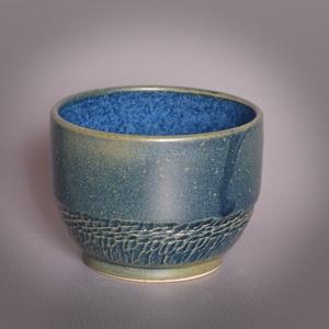 Kerámia  japános teáscsésze (kék-éjkék), Otthon & lakás, Lakberendezés, Konyhafelszerelés, Bögre, csésze, Kerámia, Pöttyös kőagyagból készült, magastűzön (1210 fokon) tömörre égetett csésze. Kívül éjkék színű matt e..., Meska