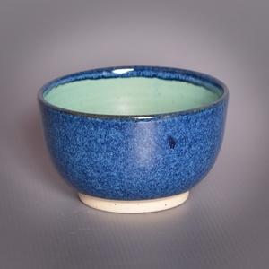 Kerámia  japános teáscsésze (kék-türkiz), Otthon & lakás, Lakberendezés, Konyhafelszerelés, Bögre, csésze, Pöttyös kőagyagból készült, magastűzön (1210 fokon) tömörre égetett csésze. Belül matt türkiz mázzal..., Meska