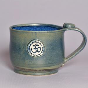 Kerámia Om pecsétes bögre (kék1), Otthon & lakás, Lakberendezés, Konyhafelszerelés, Bögre, csésze, Fehér agyagból készült, magastűzön (1205 fokon) tömörre égetett Om pecsétes nagy méretű bögre. Az il..., Meska