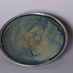 Kerámia tányér, kék1, Otthon & lakás, Konyhafelszerelés, Lakberendezés, Tálca, Kerámia, Pöttyös kőagyagból készült, magastűzön (1220 fokon) tömörre égetett tányér. Alja máztalan.\nA mindenn..., Meska