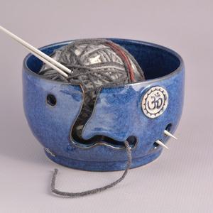 Kerámia fonaltartó (kék-om), Otthon & Lakás, Lakberendezés, Kerámia, Fehér kőagyagból készült, magastűzön (1220 fokon) tömörre égetett kerámia fonaltartó. \nA fonalvezető..., Meska