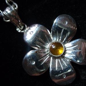 Borostyános ezüst virág, Ékszer, Medál, Magyar motívumokkal, Táska, Divat & Szépség, Ékszerkészítés, Ötvös, Ezt a dekoratív virágot egy borostyánkővel díszítettem.\n925-ös ezüstből készítettem fémjelezve.\na sz..., Meska