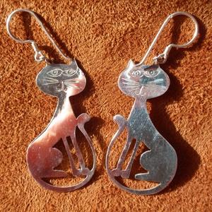 Cicás fülbevaló, Ékszer, Fülbevaló, Egyéb, Furcsaságok, Ékszerkészítés, Ötvös, Cicás fülbevaló ,beakasztós lógós.\n925-ös ezüstből készítettem.\nNagyon keményre hengerelt ezüstlemez..., Meska