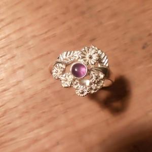 Virágos ametiszt köves gyűrű, Ékszer, Gyűrű, Esküvő, Ékszerkészítés, Ötvös, Ametisztköves  gyűrű 57-es méretben,2.6gr 925ös ezüstből készült,fémjellel ellátva.Fejrész mérete:13..., Meska