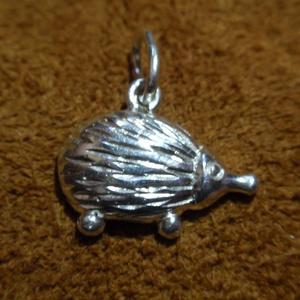 Süni medál, Egyéb, Furcsaságok, Ékszer, Medál, Ékszerkészítés, Ötvös, Ezüst süni medál,925-ös ezüstből készítettem.plasztikus\nmérete:1,4cm x 0,9 cm es négyzetbe fér bele\n..., Meska
