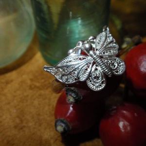Filigrán lepkés gyűrű, Ékszer, Gyűrű, Figurális gyűrű, Ékszerkészítés, Ötvös, Filigrán lepkés gyűrű ezüstből készült 925-ös ezüstből ,fémjelezve névjelezve.\nA lepke méretre 1,3cm..., Meska