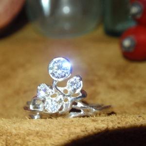Szecessziós cirkónia ezüst gyűrű, Ékszer, Gyűrű, Többköves gyűrű, Fémmegmunkálás, Ötvös, Szecessziós köves ezüst gyűrű.\n1nagy és 3 db kicsi cirkóniával.\nMasszívabb sin kivitelben 1,8mm x1,9..., Meska
