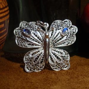 Filigrán ezüst pillangó hold kővel, Ékszer, Fémmegmunkálás, Ékszerkészítés, 925-ös ezüstből készitettem , ezt a szép egyedi medált.\nEnyhén megdomborított szárnyakkal, és két sz..., Meska
