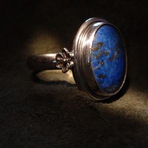 Lápisz ezüst  gyűrű, Ékszer, Gyűrű, Szoliter gyűrű, Ékszerkészítés, Ötvös, Egyköves, lápiszos köves gyűrű,tokos foglalatban sodrott  dróttal keretezve.A kő féldomború 17 x 14m..., Meska