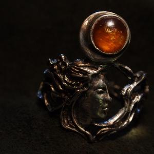 Gránátos szecessziós nőifejes-indás gyűrű-, Ékszer, Ötvös, Fémmegmunkálás, Hesszonit Gránátos szecis nőifejes -indás gyűrű-\n925-ös ezüstből készítettem,58-as méretben,\nKö átmé..., Meska