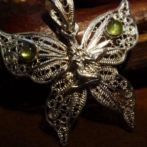 Tündér ,lepke pillangó medál filigrán szárnnyal olivinnel, Ékszer, Nyaklánc, Medál, Ékszerkészítés, Ötvös, Ezt a tündér medált filigrán szárnyakkal,olivin kővel  készítettem el 925ös ezüstből.2.5gr mérete:2,..., Meska