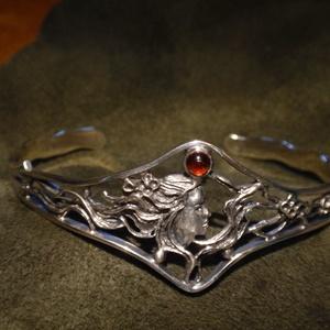 Szecessziós ezüst karkötő, Ékszer, Karkötő, Karperec, Fémmegmunkálás, Ötvös, 925-ös ezüstből készitettem ezt a merev nyitott karperecet.\n gránáttal\n\nVastagsága: 2 mm az indás ré..., Meska