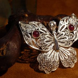 Filigrán nagy ezüst pillangó gránát kővel, Ékszer, Fémmegmunkálás, Ékszerkészítés, 925-ös ezüstből készitettem , ezt a szép egyedi medált.\nEnyhén megdomborított szárnyakkal, és két sz..., Meska