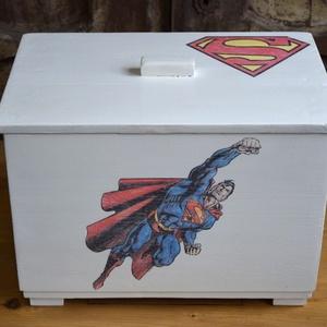 Superman ládikó kis hősöknek, Otthon & Lakás, Tárolás & Rendszerezés, Láda, Festett tárgyak, Retro ládikót festettem majd díszítettem Superman motívummal!!\n\n42x27cm 30cm magas (törtfehér, belse..., Meska