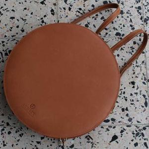 """Lulla hátizsák és válltáska, Táska & Tok, Hátizsák, Bőrművesség, A Lulla táska kollekciónál az egyik legősibb szimbólumot, a """"kör"""" alakot vettem alapul. A kör többek..., Meska"""