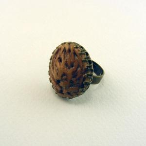Persici gyűrű , Ékszer, Gyűrű, A gyűrű barackmagból készült, amitől egyedi mintázatot kapott. Ezt egy antikolt bronz színű gyűrűbe ..., Meska