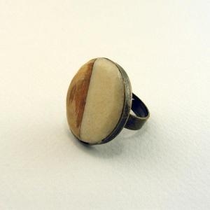 Insieme gyűrű , Ékszer, Gyűrű, Csontból és fából készült kör alakú dísz egy bronz színű foglalatban. Egyedi mégis egyszerű.  Azonos..., Meska