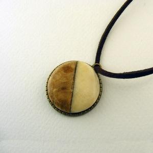 Insieme medál , Ékszer, Nyaklánc, Csontból és fából készült kör alakú medál bronz színű foglalatban. Egyedi, egyszerű és elegáns.    A..., Meska