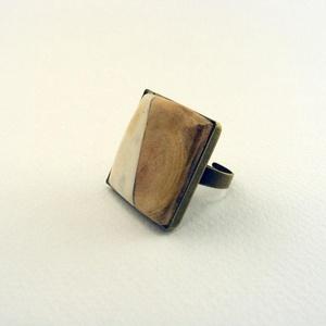 Inondare gyűrű, Ékszer, Gyűrű, Csontból és fából készült, négyzet alakú gyűrű. Antikolt, vintage stílusú, bronz színű fogflalatban...., Meska