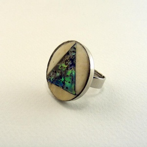 Triangel gyűrű, Ékszer, Gyűrű, Csontból és abalone kagylóból készült, kör alakú gyűrű. A kagyló kékes zöld színei csodásan játszana..., Meska