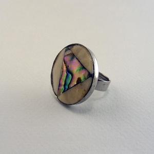 Triangel gyűrű , Ékszer, Gyűrű, Csontból és abalone kagylóból készült, kör alakú gyűrű. A háromszög alakú kagylóban pompázik a szivá..., Meska