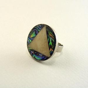 Trigónum gyűrű, Ékszer, Gyűrű, Abalone kagylóból és csontból készült, kör alakú gyűrű, ezüst színű foglalatban.  Azonosító: d927b02..., Meska