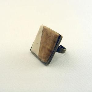 Inondare gyűrű, Ékszer, Gyűrű, Félig fából, félig csontból készült, négyzet alakú dísz, bronz színű gyűrű foglalatban.   Azonosító:..., Meska