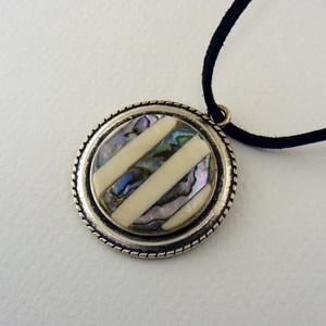 Aurora verticale medál, Ékszer, Nyaklánc, Abalaone kagyló és csont csíkokból készült, kör alakú medál ezüst színű foglalatban. -dísz mérete: 3..., Meska
