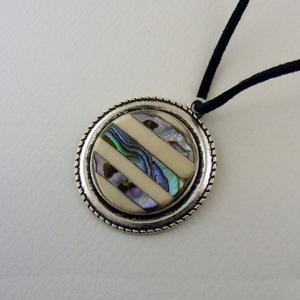 Aurora horizontale medál 3,590 Ft, Ékszer, Nyaklánc, Abalaone kagylóbólk és csontból, csíkozott mintában készült, kör alakú medál, ezüst színű foglalatba..., Meska