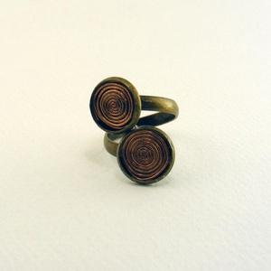 Réz spirál gyűrű, Ékszer, Gyűrű, Spirálba hajtogatott rézdrtót dísz, csavart alapú, antikolt bronz színű gyűrűben. -dísz mérete: 12mm..., Meska