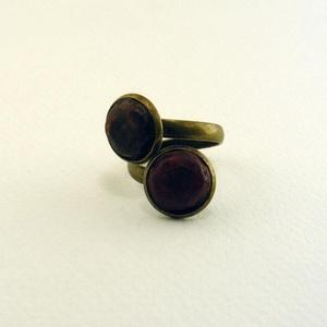 Fa spirál gyűrű, Ékszer, Gyűrű, Vörösre és feketére pácolt díszek, uszadékfából, antikolt bronz színű, csavart gyűrű alapban. -dísz ..., Meska