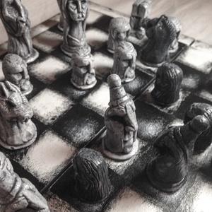 Kézzel faragott sakk készlet, Gyerek & játék, Játék, Társasjáték, Az eredeti sakkfigurák agyagból lettek kifaragva, utána öntőforma készült belőlük. A sakkfigurák kid..., Meska