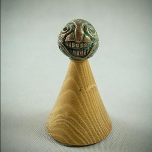 """Agyvigyor, Művészet, Szobor, Fém, Fémmegmunkálás, \""""Marok-szobor\"""" kategóriában készült vigyorgó agyas szobor, akácfa alappal.\nKb. 40 mm átmérőjű gömb b..., Meska"""