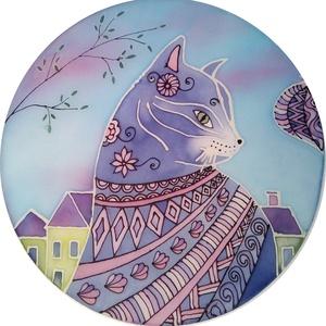 Macskás kép, Otthon & Lakás, Dekoráció, Kép & Falikép, Selyemfestés, 30cm átmérőjű selyemkép. A cica körvonalai és a házak körvonalai világítanak a sötétben. A selyem fé..., Meska