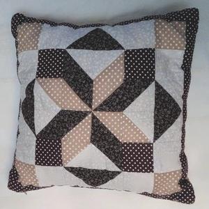 Barna patchwork párna, Otthon & Lakás, Lakástextil, Párna & Párnahuzat, Patchwork, foltvarrás, 30*30cm két oldalú patchwork párna, mind két oldala más mintával készült., Meska