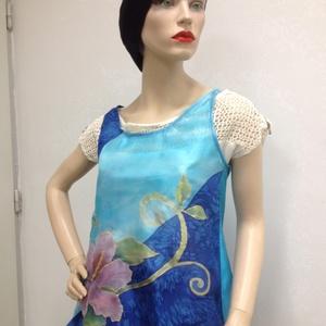Hibiszkuszos kék ujjatlan top, Ruha & Divat, Női ruha, Top, Selyemfestés, Varrás, 40-es méretű újjatlan top, 100% pongé 6 mm anyagból, hibiszkusz mintával, illetve a kék árnyalataiva..., Meska