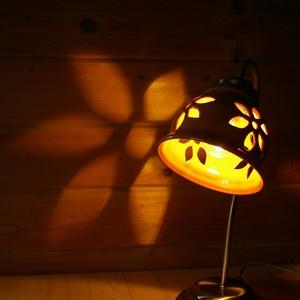 Terrakotta virágos áttört - asztali lámpa, Asztali lámpa, Lámpa, Otthon & Lakás, Kerámia, Festett tárgyak, Magyarországon bányászott vörös agyagból korongoztam, kézzel vágott virágmintával díszítettem, égett..., Meska