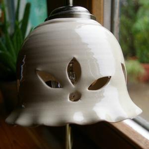 Fehér virágos áttört - asztali lámpa (Avar) - Meska.hu