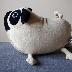 Kicsi Mopsz, vicces puha plüss kutyakölyök, Kutya, Plüssállat & Játékfigura, Játék & Gyerek, Baba-és bábkészítés, Varrás, Ez a kicsi mopsz világosbarna plüssből készült, arca és füle fekete. Hatalmas gombszemei vannak.\nTes..., Meska